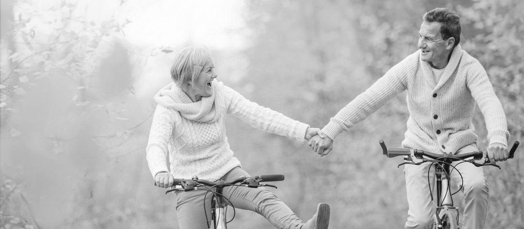 Un couple mûr à vélo